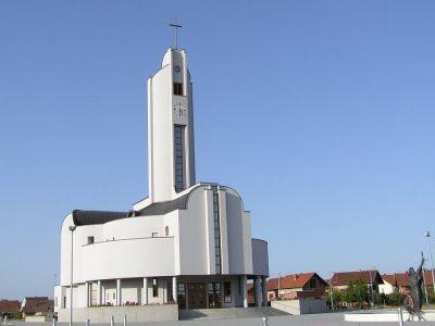 Bazilika Sv. Kvirina u društvu kuća bez fasada