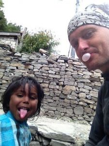 Alan s lokalnim djetetom na Himalaji